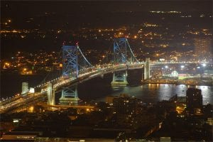 Picture of the Ben Franklin Bridget at night